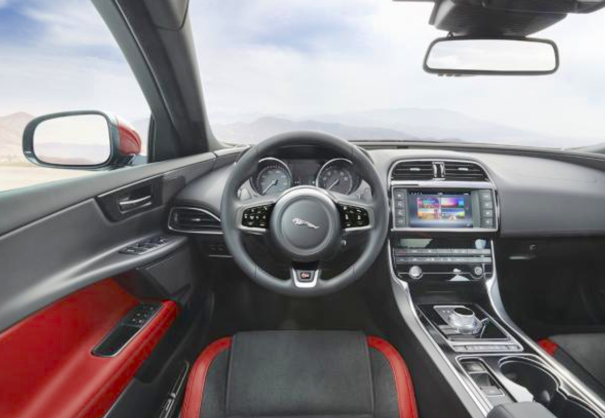 la jaguar xe lue plus belle voiture de l ann e 2014. Black Bedroom Furniture Sets. Home Design Ideas